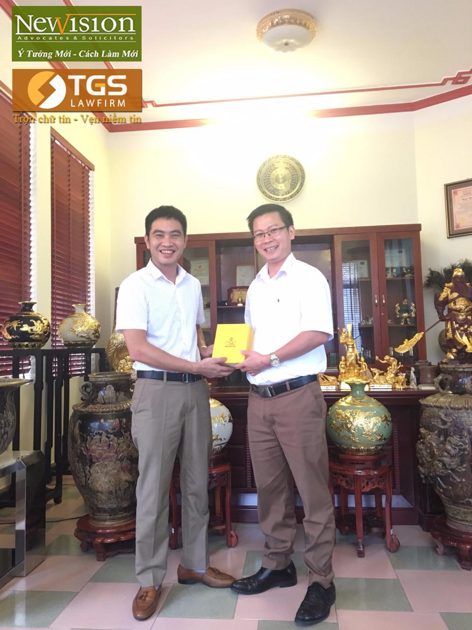 Ông Tạ Văn Thắng tặng quà lưu niệm cho Luật sư Nguyễn Văn Tuấn sau buổi gặp mặt, làm việc