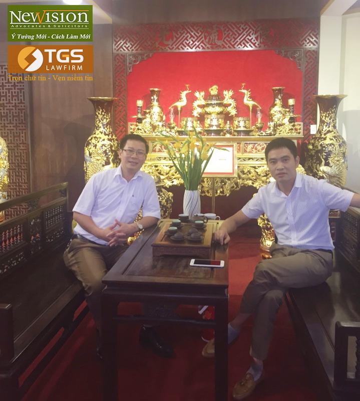 Đại diện Công ty Luật TGS – LS.Nguyễn Văn Tuấn chụp ảnh kỷ niệm cùng Đại diện Công ty Bát Tràng - Ông Tạ Văn Thắng
