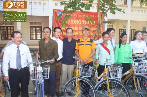 Luật sư Nguyễn Văn Tuấn (Giám Đốc- Hãng Luật TGS) trao quà tặng cho các hộ gia đình tại xã Môn Sơn có hoàn cảnh đặc biệt khó khăn
