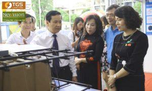 Phó Chủ tịch UBND TP Hải Phòng Nguyễn Văn Thành (áo trắng) hoan nghênh sản phẩm sàn bóng, cốt pha nhựa có mặt trên thị trường xây dựng ở Hải Phòng.