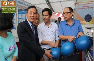 Thứ trưởng Bộ Khoa học và Công nghệ Trần Văn Tùng (áo đen) khẳng định công nghệ sàn bóng có nhiều lợi ích trong xây dựng.